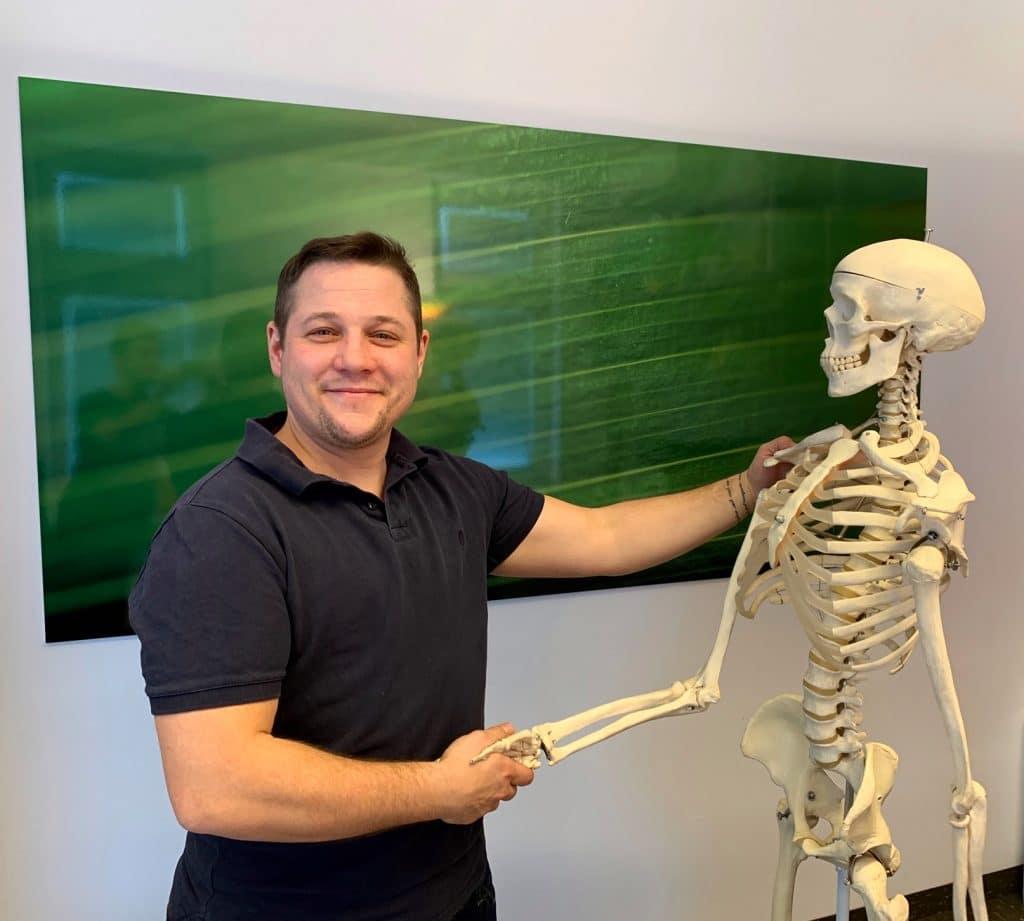 Aaron Andersson Narbenspezialist in Wien mit Skelett